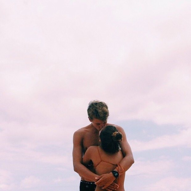 top 10 popular posts of 2015 from Advicefroma20Something.com, cute couple on beach, traveling with boyfriend, first trip together, young couple, couple at sunset