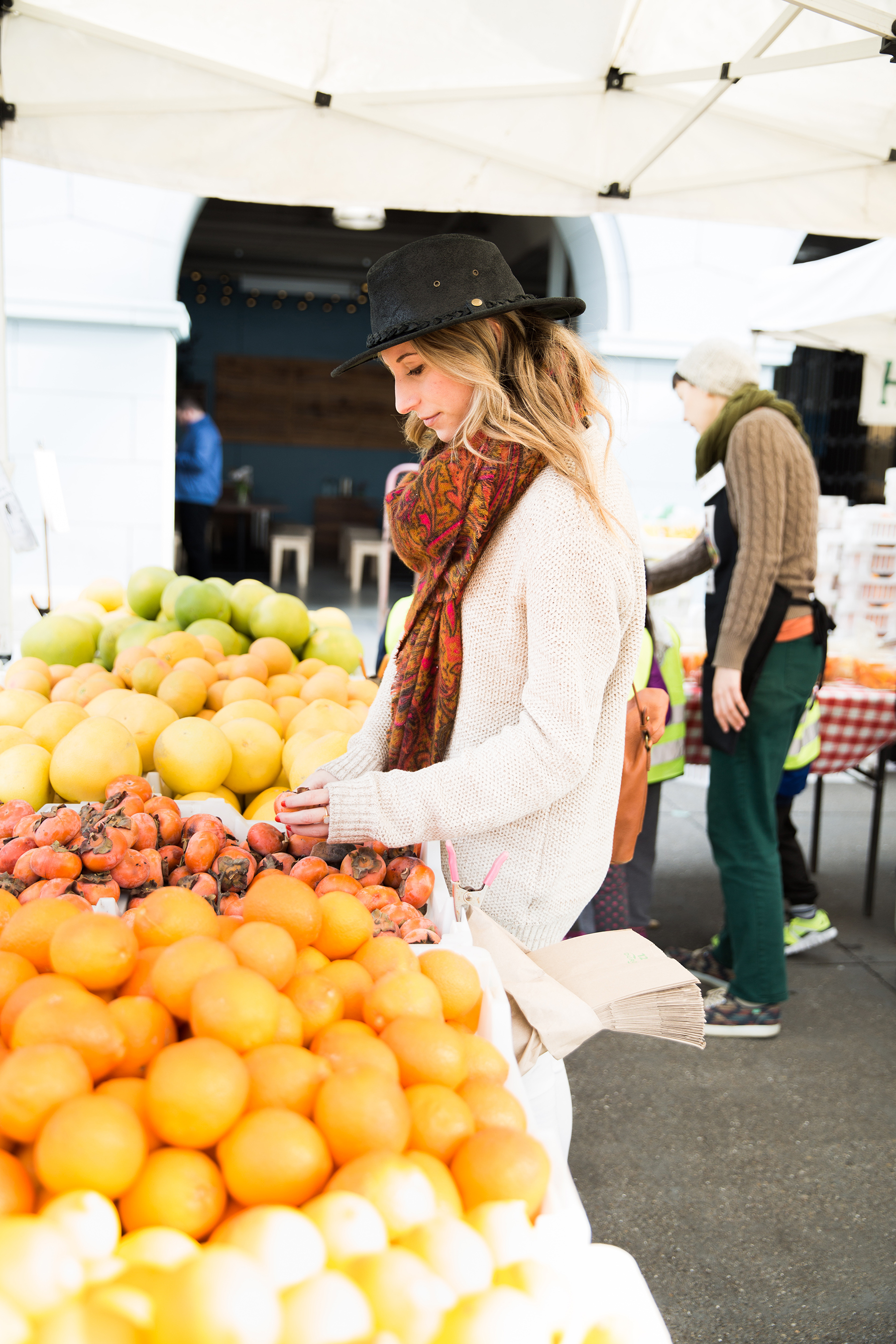 farmers market, farmers market outfit, fall outfit, fall fashion, fall colors, healthy skin 2016, healthy skin tips, skin care dos and don'ts, skincare tips, skin care tips, healthy skin routine, healthy skin regimen, new skin care line, bareMinerals skin care, bareMinerals skincare products review, healthy habits, fruits & veggies, beauty routine, beauty tips, skincare tutorial, photography by Andrea Posadas for Advicefroma20Something.com Amanda Holstein