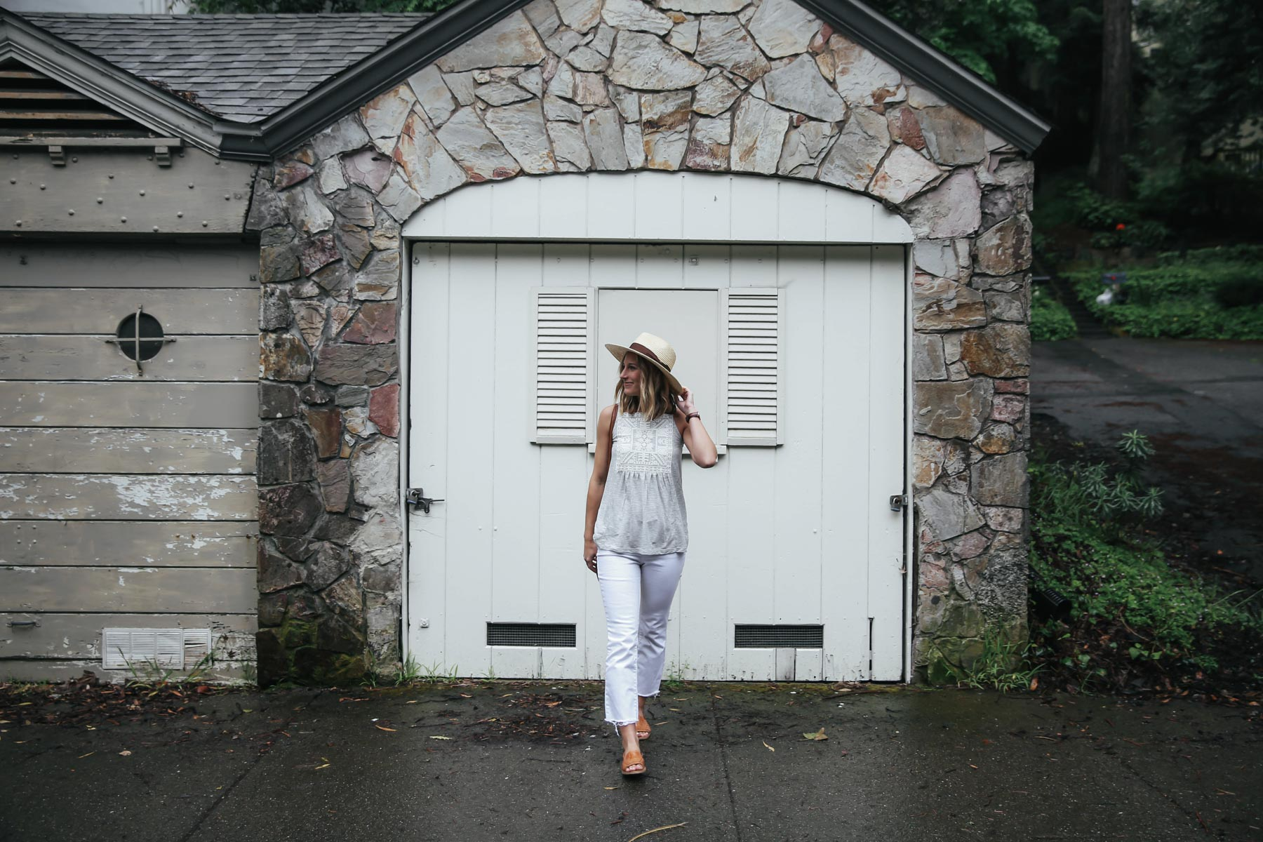 Amanda Holstein in Old Navy white jeans for summer outfit